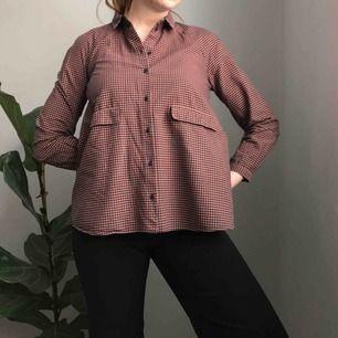 💌Frakt ingår! 💌 Riktigt fin smårutig skjorta från COS med fickor framtill • skjortan är lite utsvängd vilket ger en härlig siluett • storlek 36 men bör även passa 38/40 • 100% bomull, i perfekt skick!