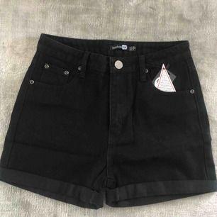 Helt nya oanvända shorts från Boohoo. Hög midja. Säljes pga försmå tyvärr..