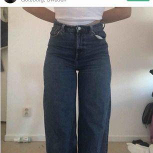 Svinsnygga och populära jeans från Weekday i modellen Ace, säljer vidare pga förstora för mig...
