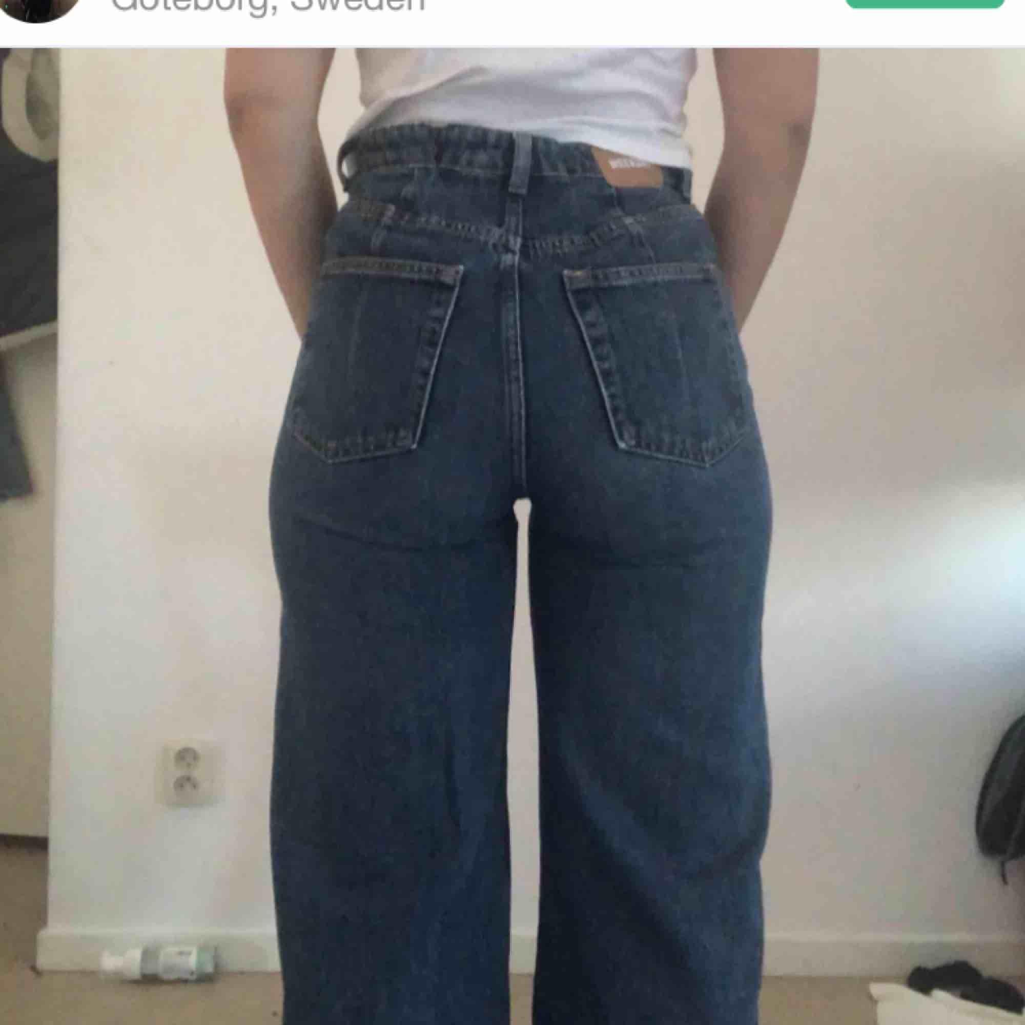 Svinsnygga och populära jeans från Weekday i modellen Ace, säljer vidare pga förstora för mig... . Jeans & Byxor.