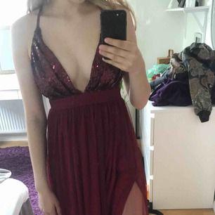 Jättefin klänning perfekt till alla baler nu i juni!💞⚡️Säljer då jag hittat en annan. Liter ljusare i verkligheten än på bilderna. Ser ut som Linn Ahlborgs studentbal klänning bara mörkare och med paljetter fram🥰