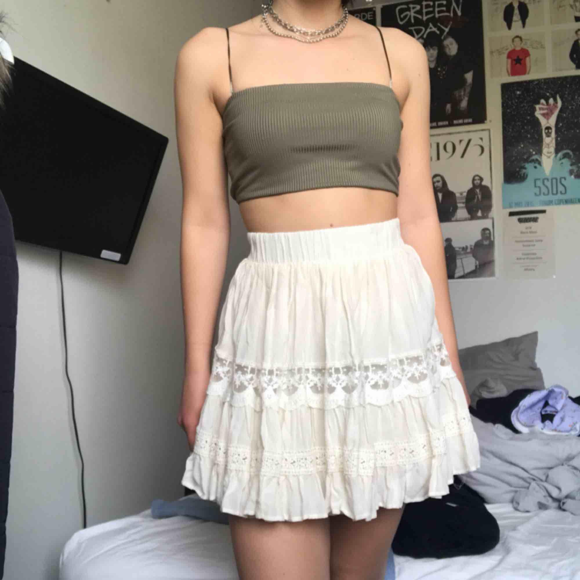 Väldigt söt helt oanvänd kjol från forever21 med spets. Den sitter jättefint och är helt perfekt flowy. Superfin nu till sommaren med en kort topp som på bilden! Köparen står för frakt<3. Kjolar.