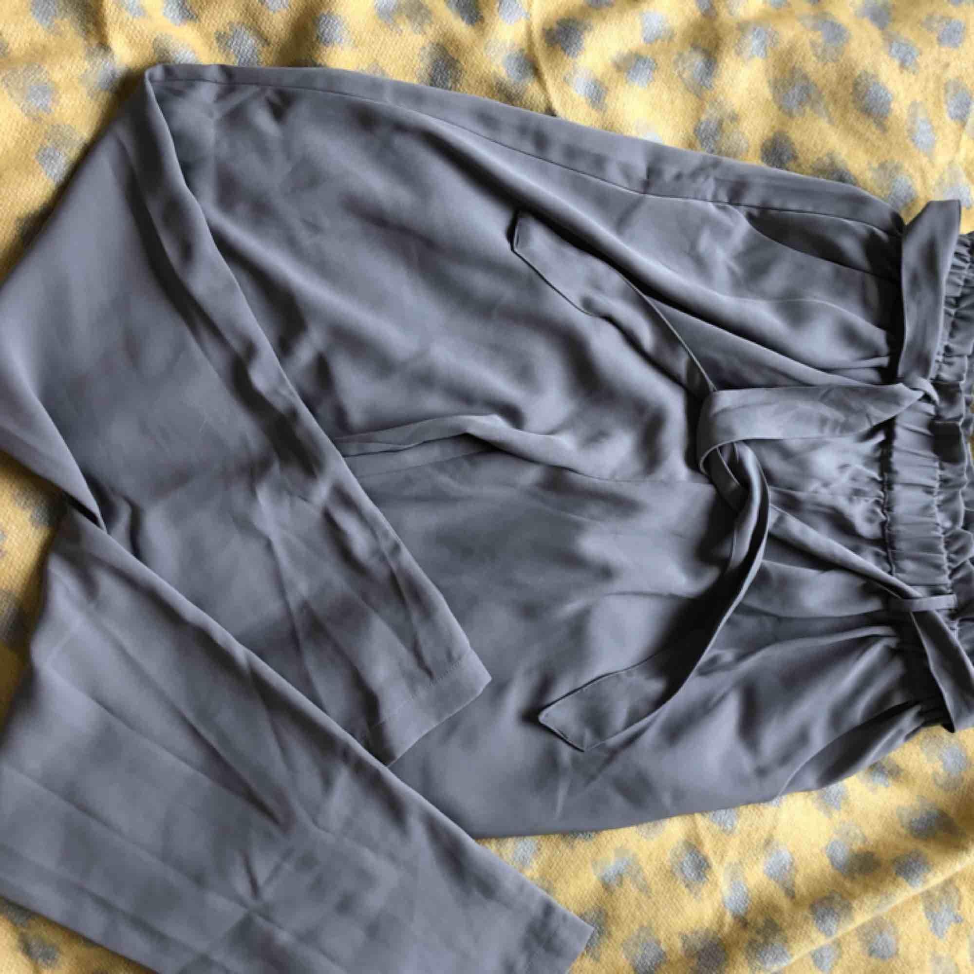 Supersköna och snygga kostymbyxor från BikBok i storlek S men som i mina ögon passar helt klart M också som jag brukat ha egentligen. Säljer pga ingen användning 😀. Kostymer.