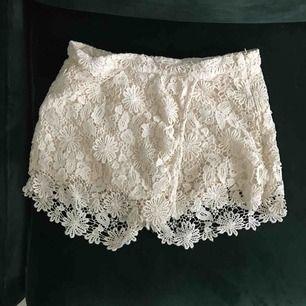 Söta shorts från Zara med virkat yttertyg. I priset ingår frakt.