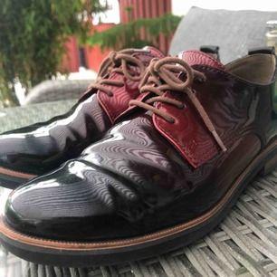 Hej! Nu säljer jag mina glansiga, röd och svarta finskor. Det är från märket Tamaris. Köpte nya för 2 år sedan, använda ett fåtal gånger. Priset kan diskuteras, köparen står för frakten!