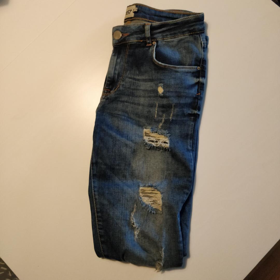 Skinny jeans med slitningar från Lager 157. Fem fickor, sparsamt använda. . Jeans & Byxor.