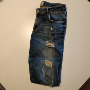 Skinny jeans med slitningar från Lager 157. Fem fickor, sparsamt använda.