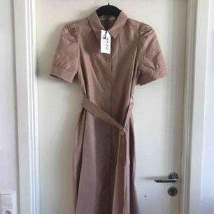 Helt ny klänning från NAKD i färgen beige. Bekväm och perfekt till sommaren. Prislapp kvar