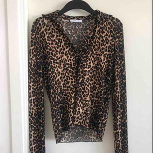 Leopardmönstrad långärmad topp från Zara. Aldrig använd. Meshliknande material och knapp där fram.