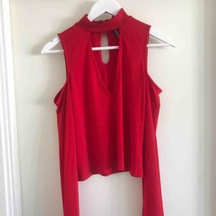 Röd blus från HM i storlek S. Aldrig använd.