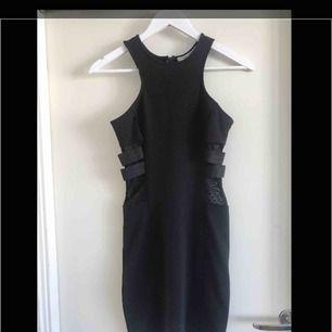 Festklänning med meshdetaljer i storlek S från Nelly Trend.