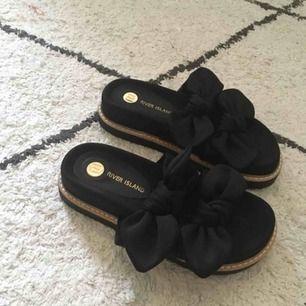 """Världens finaste sandaler, med liten platå, från river island. Säljer pga för liten storlek :( helt oanvända med alla """"lappar"""" kvar. Nypris ca 400 kronor. Perfekta sommarskorna!"""