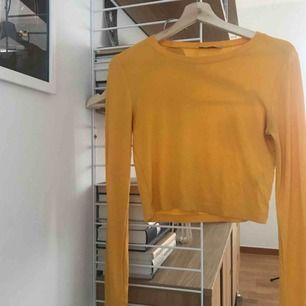 Gul, långärmad tröja från Zara. Fraktar för 40 eller möts upp i Umeå!💥