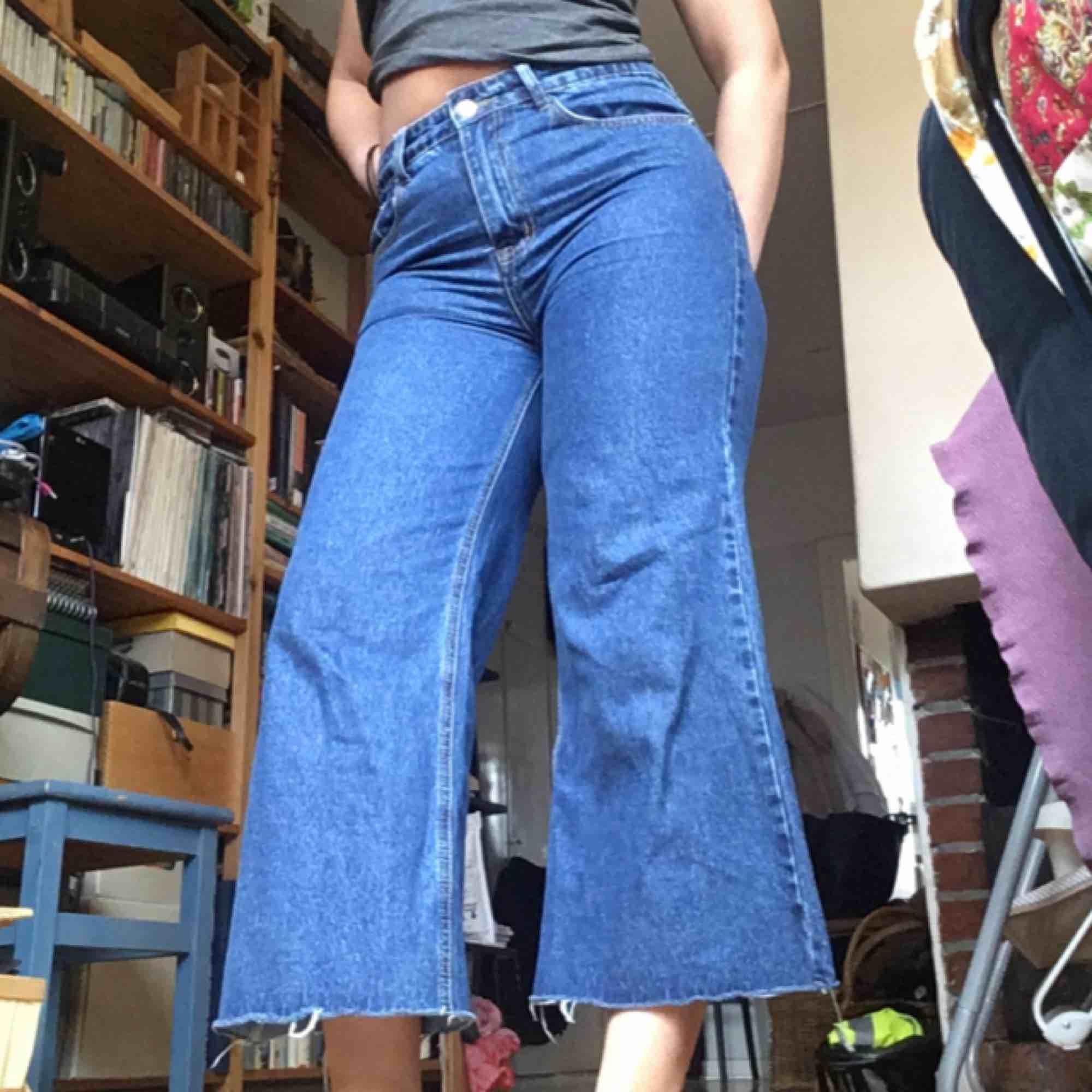 Nya jeans från Prettylittlething. Säljes då jag har två exakt likadana, de jag har på bilden är mina så de jag säljer är inte ens testade. Möts i Stockholm eller så tillkommer frakt . Jeans & Byxor.