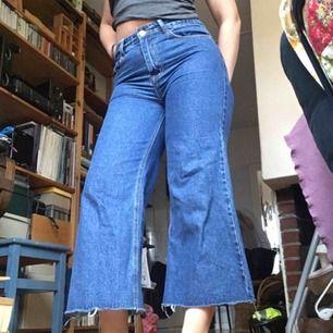 Nya jeans från Prettylittlething. Säljes då jag har två exakt likadana, de jag har på bilden är mina så de jag säljer är inte ens testade. Möts i Stockholm eller så tillkommer frakt