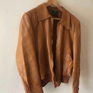 Vintage skinnjacka från H&M. 80-tal. Snyggt sliten och väl använd. Ser mycket bättre ut irl och på. Kam hämtas i Uppsala eller skickas mot fraktkostnad. Storlek 50 på lappen.