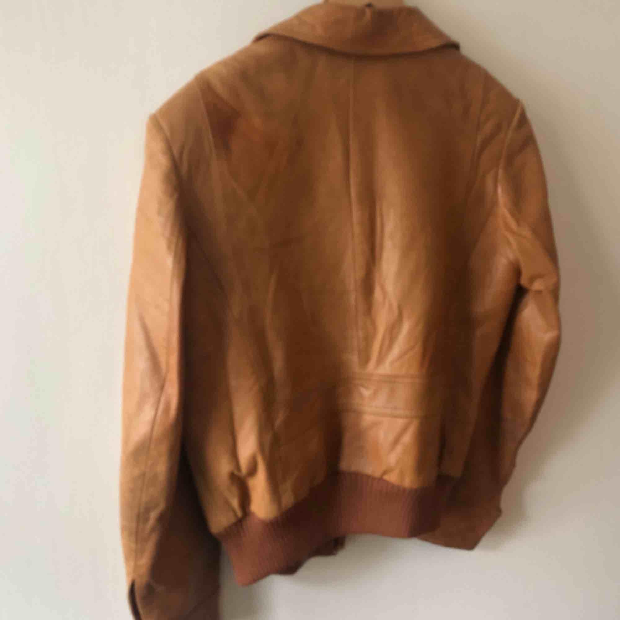 Vintage skinnjacka från H&M. 80-tal. Snyggt sliten och väl använd. Ser mycket bättre ut irl och på. Kam hämtas i Uppsala eller skickas mot fraktkostnad. Storlek 50 på lappen. . Jackor.