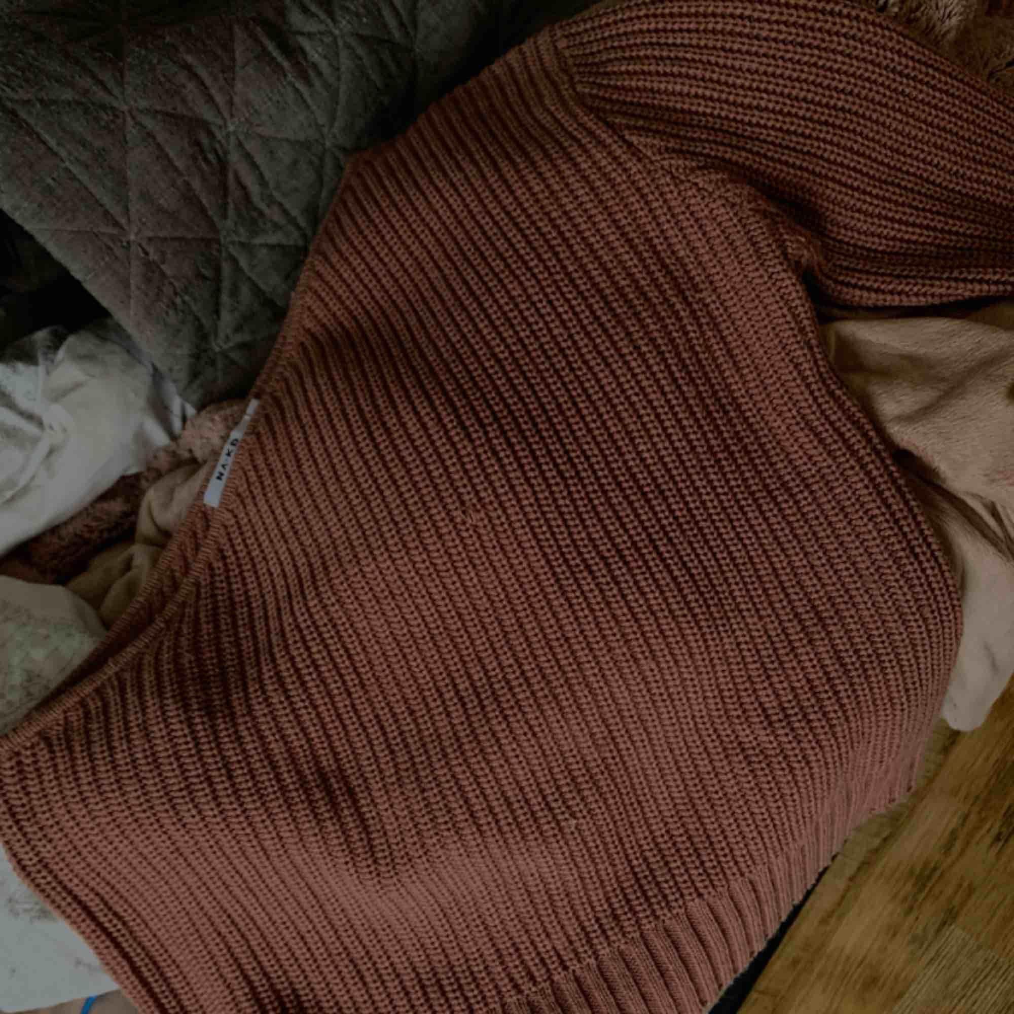 Oneshoulder stickad tröja från nakd. Använd fåtal gånger! Passar M-L. Tar emot swish. Stickat.