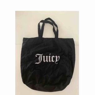 Super söt svart tygväska med silver/glittrig text. Köpt från Juicy couture i Usa, aldrig använd! Frakt ingår!