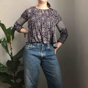 Superfin blus i blått med olika mönster • från Zara, i storlek M • helt perfekt i sommar till ett par mom jeans eller shorts!☀️ 💌Frakt tillkommer💌