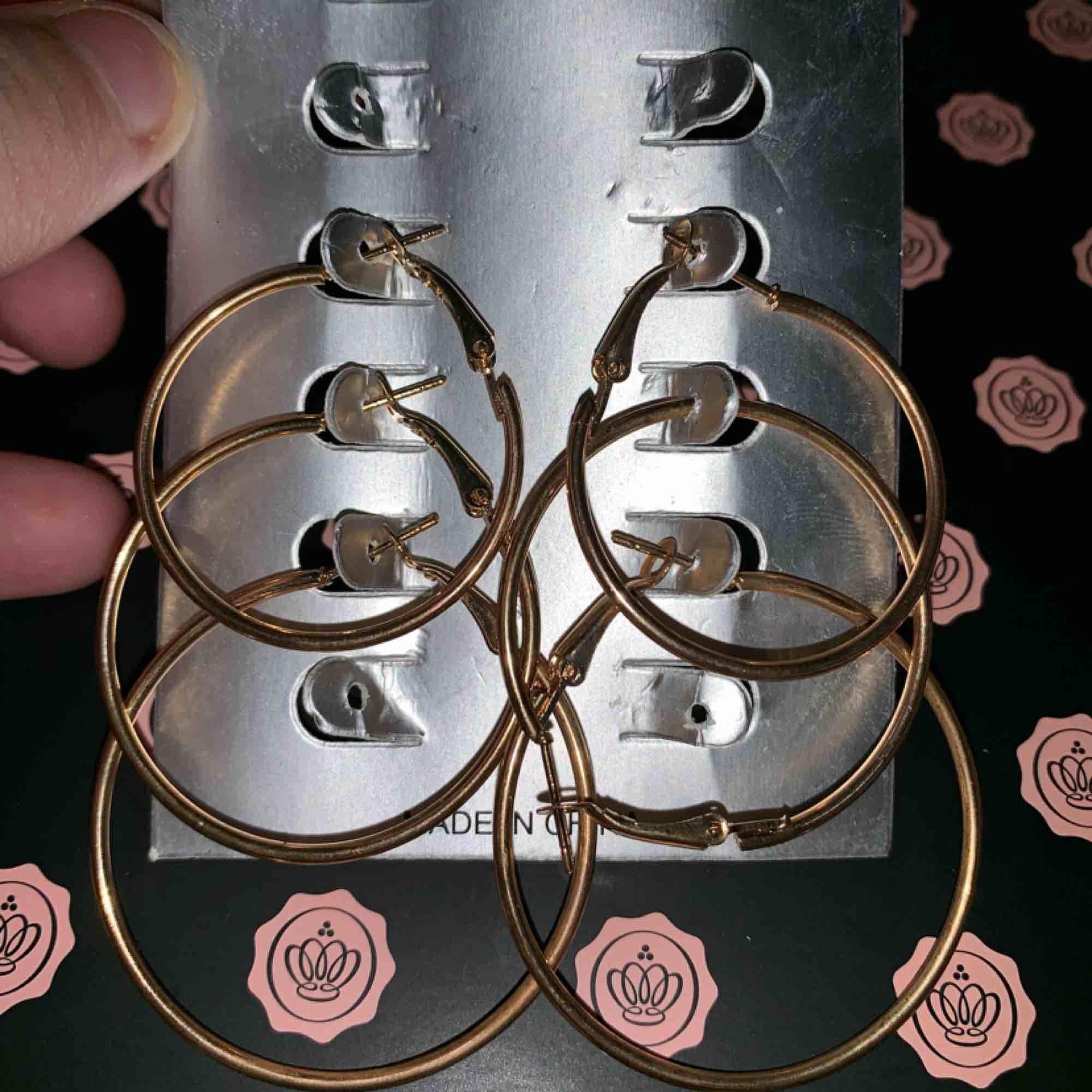 3 par runda örhängen i guld. Aldrig använda. Accessoarer.