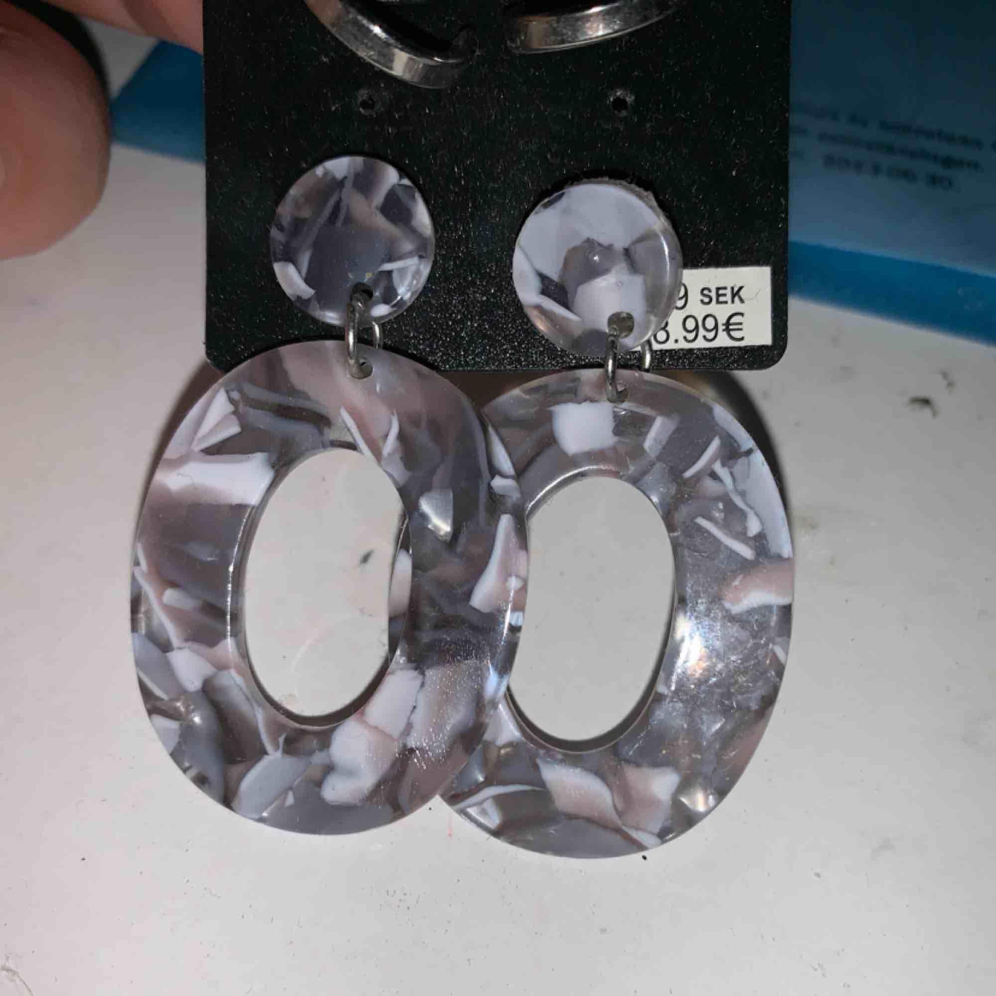 Jättefina örhängen som jag aldrig har haft tillfälle till att använda. Tar emot swish. Accessoarer.