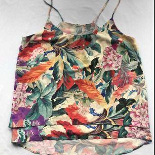 💌Frakt ingår💌Färgglatt sommarlinne med blommönster från H&M Trend • jag har klippt av lappen men vet att den är i storlek S men skulle sitta bättre på någon med medium!