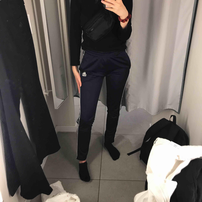 Marinblåa kappa byxor med knappar på sidorna som går att knäppa upp, skulle tro att de även passar en xs (:. Jeans & Byxor.