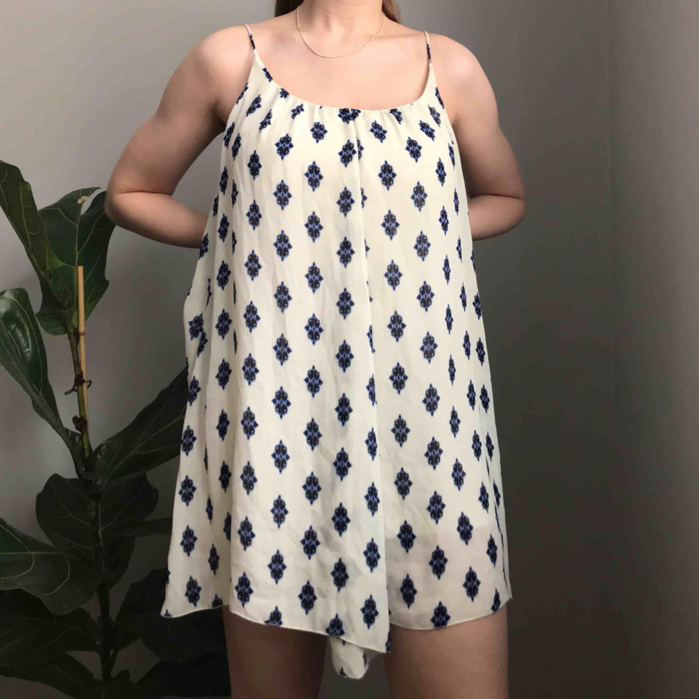 💌Frakt ingår! 💌 Superfin sommarklänning i vitt med mönster i blått från Zara i storlek XS • underkjolen är ganska kort så skulle rekommendera denna till en kortare person (jag är 1,69) . Klänningar.