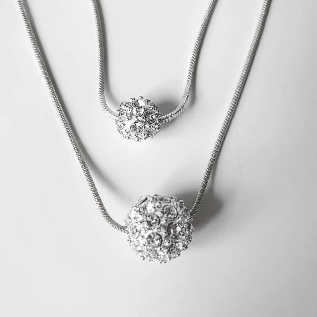 Silvrigt halsband med stenpärlor. Övrigt.