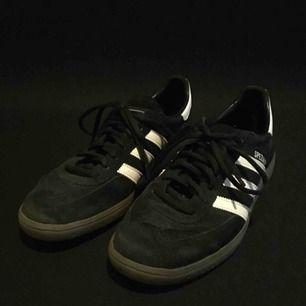 Svarta spezial adidas skor. Känd som handboll skor. Använd några gånger men i riktigt bra skick.