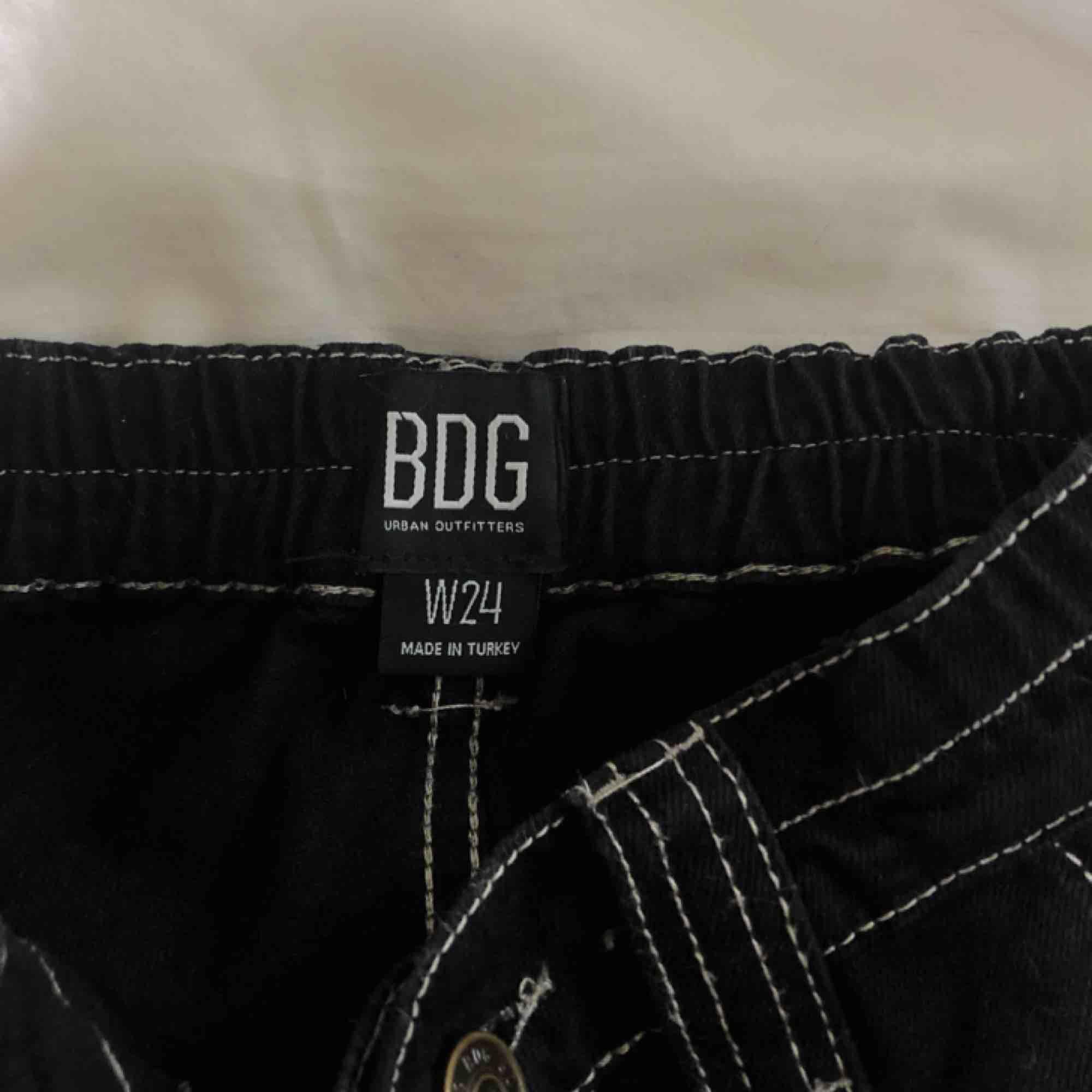 Cargo byxor från Urban Outfitters, aldrig använda. Strl W24 (XS). Hämtas i skanstull / mottagare betalar frakt. Jeans & Byxor.
