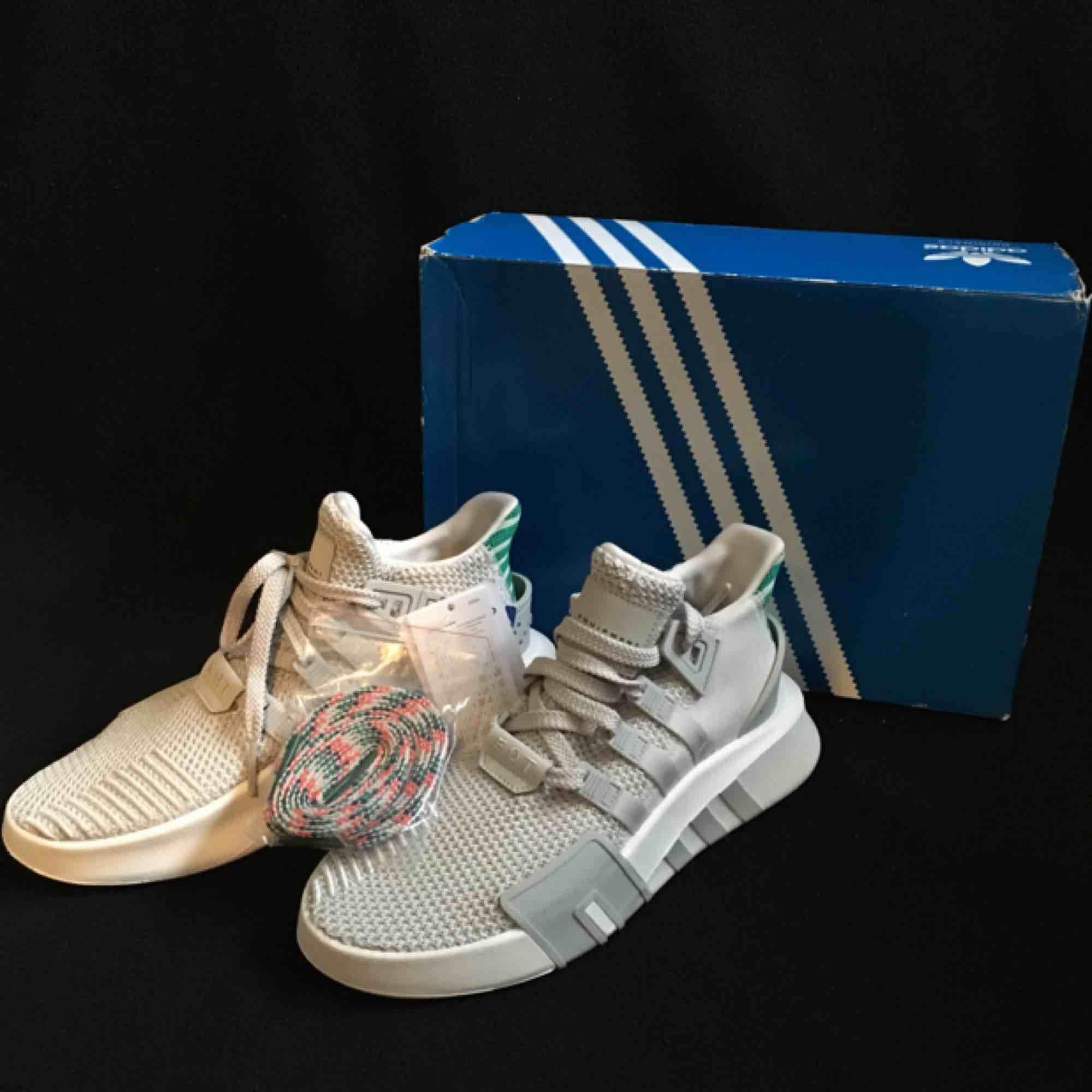 Adidas eqt bask advance skor. Aldrig använda och all tillbehör finns. . Skor.