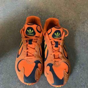 Adidas yung-1 sneakers. Använda 2 gånger så gott som nya. Säljes pga att de är lite för stora för mig.  Mycket bekväma!  Finns att hämta i spånga alternativt frakt.  Nypris 1199kr.