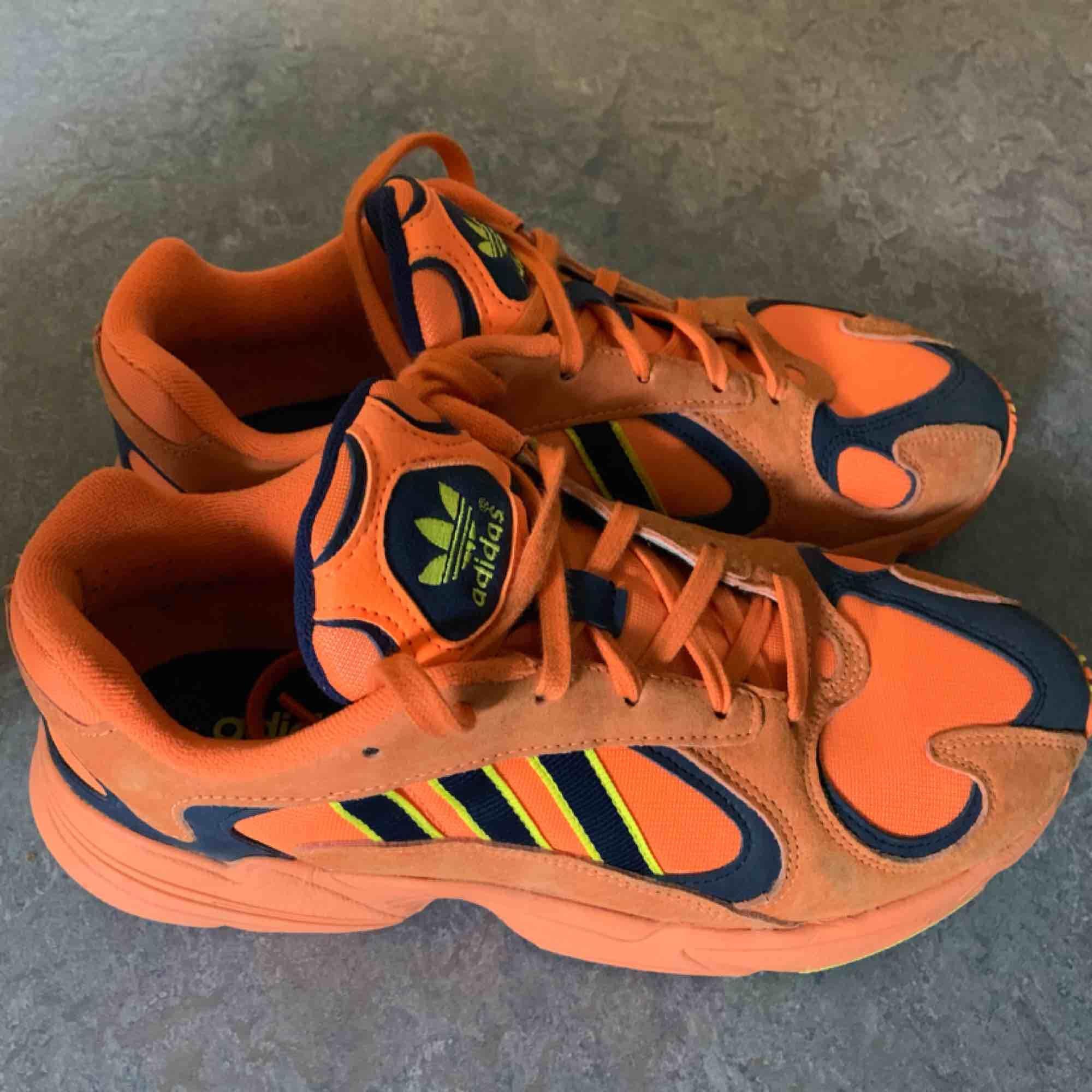 Adidas yung-1 sneakers. Använda 2 gånger så gott som nya. Säljes pga att de är lite för stora för mig.  Mycket bekväma!  Finns att hämta i spånga alternativt frakt.  Nypris 1199kr.. Skor.