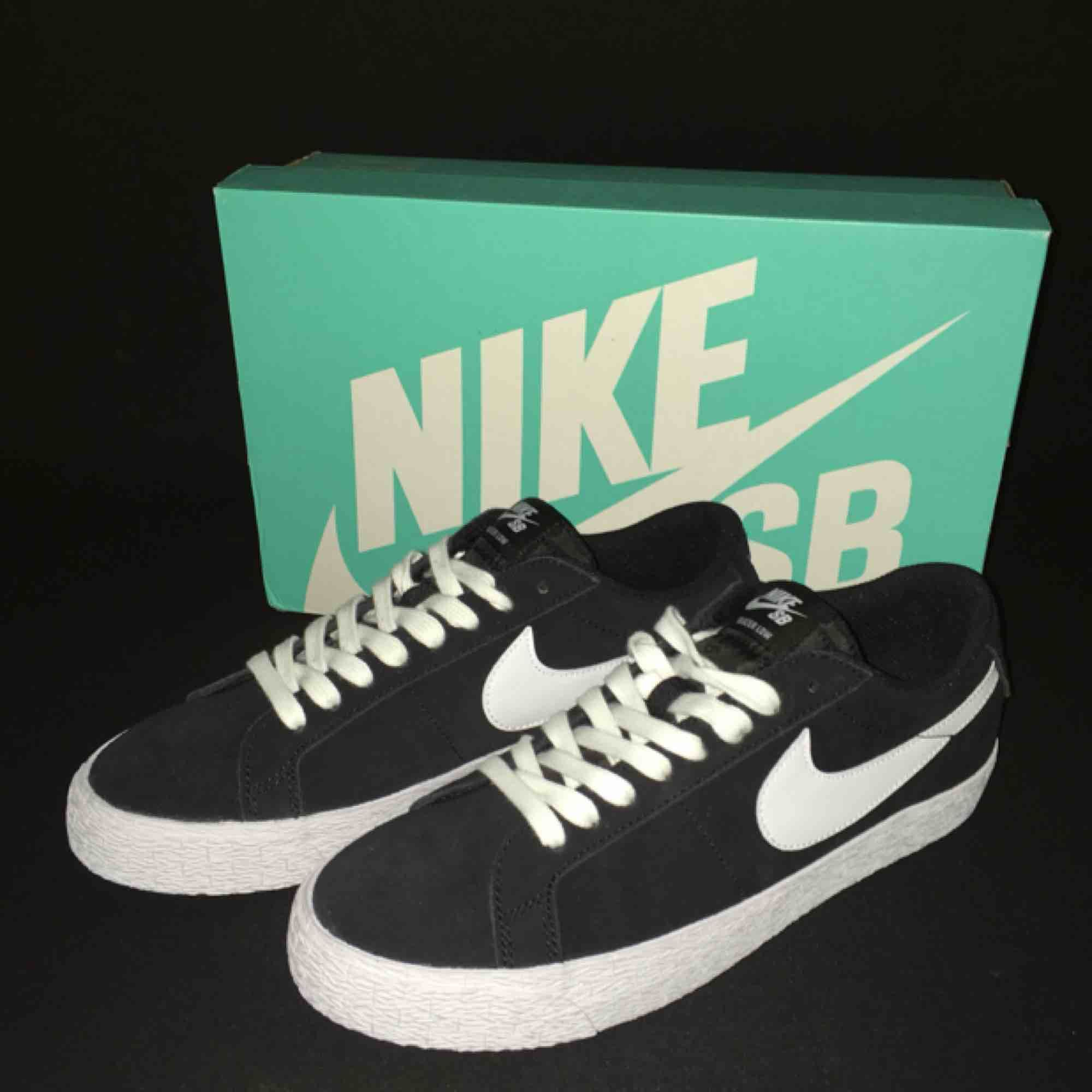 Nike SB blazer zoom low skor. Aldrig använd. Tillbehör följes med.. Skor.
