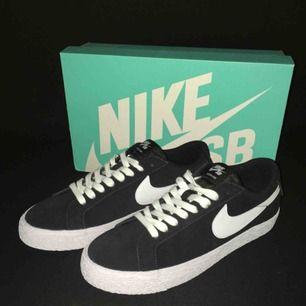 Nike SB blazer zoom low skor. Aldrig använd. Tillbehör följes med.