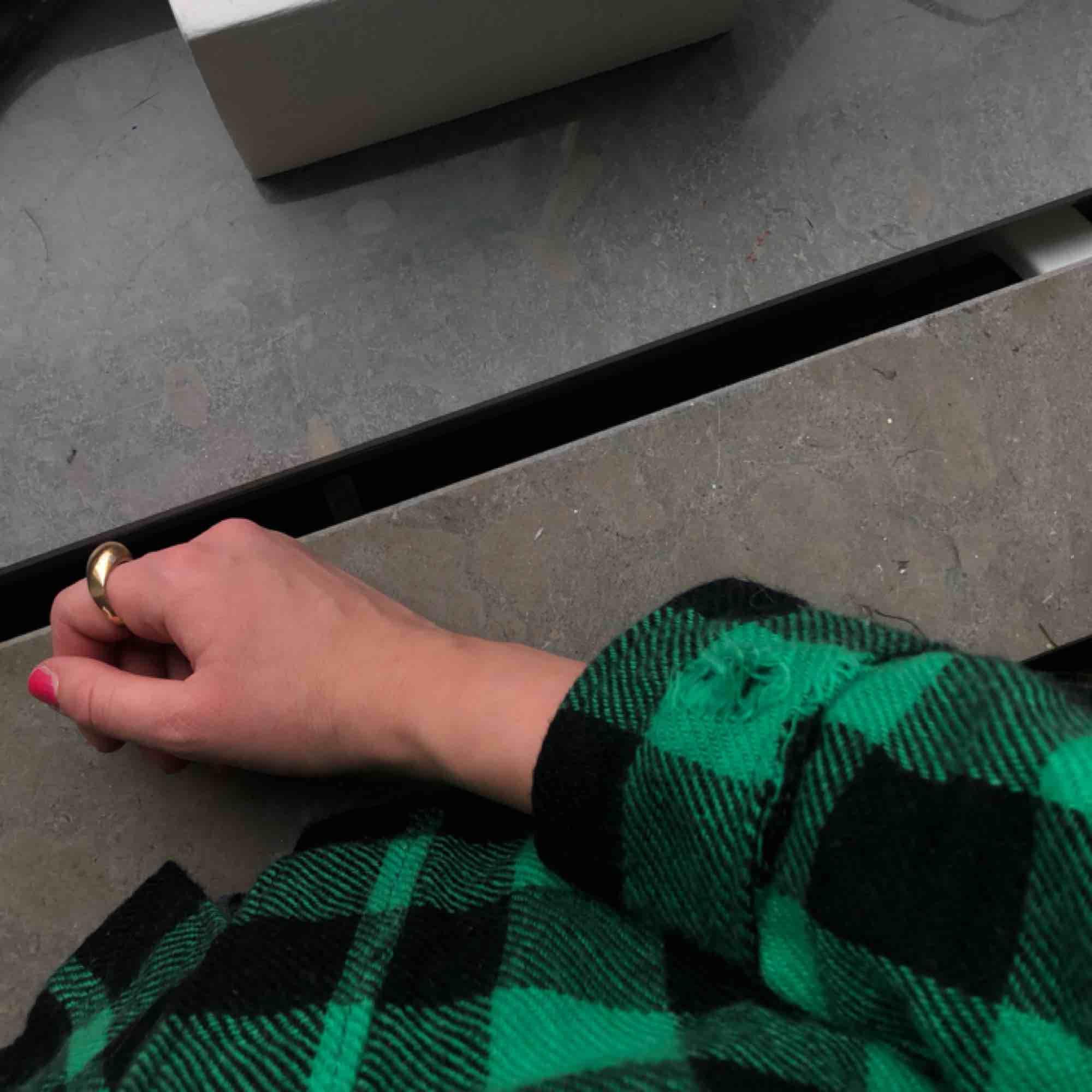 Jättefin handgjord skjorta i tjockt, varmt material. Dock lite avskavd i armen, men går snabbt att fixa med nål och tråd. Hämtas i skanstull / mottagaren betalar frakt.. Skjortor.