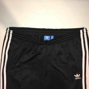 Adidas cigarette trackpants, aldrig använd