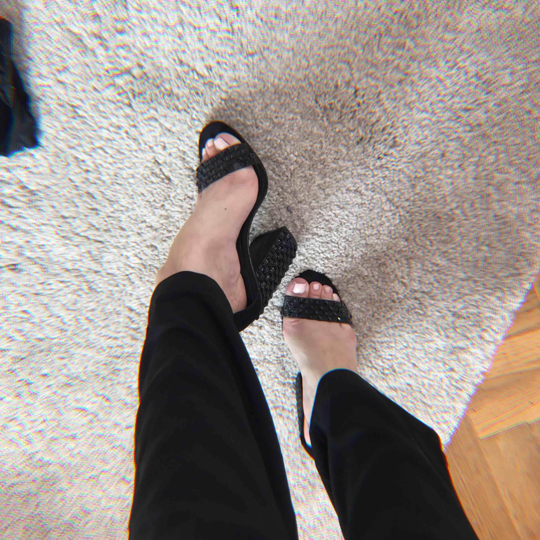 Sååå snygga klackar från Zara som tyvärr är alldeles för små för mig :( De är märkta med strl 36 men är mer som en 37 eller liten 38. Några stenar har ramlat av men det är inget som syns ✨. Skor.