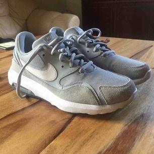Ett par gråa Nike Air som passar till de flesta outfitsen. Sköna och bra skor men kommer inte till användning:/ Frakt tillkommer om det inte går att mötas upp i Karlstad