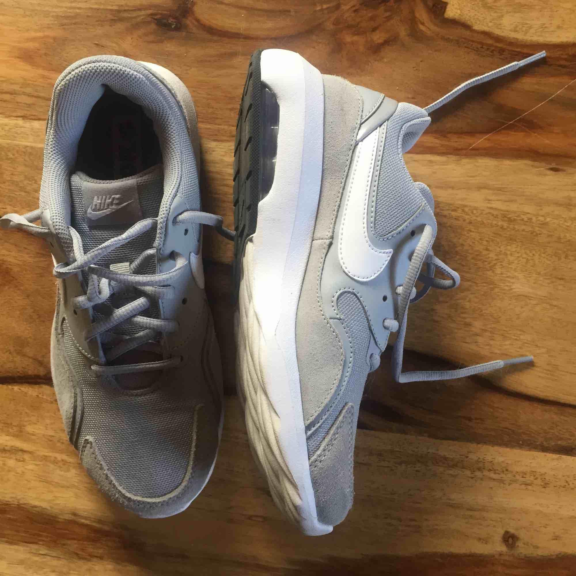 Ett par gråa Nike Air som passar till de flesta outfitsen. Sköna och bra skor men kommer inte till användning:/ Frakt tillkommer om det inte går att mötas upp i Karlstad. Skor.
