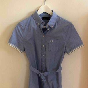 Världens finaste skjortklänning från fred perry! Aldrig använd! Slutar ovanför knäna:) köptes dyrt!
