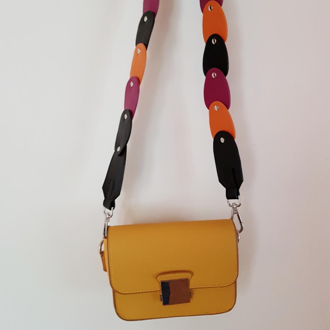 ((Säljer endast bandet)) Svart, orange och lila band till väskor. Väskor.