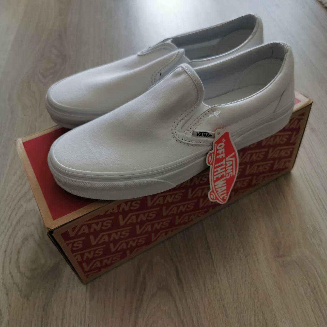 Vans skor, helt oanvänd med lappar och kartong kvar. Säljes då jag redan har ett par och känner att  2st är onödigt. Kan skickas mot fraktkostnad  . Skor.