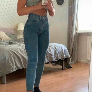 Blå jeans från Levi's. Uppsydda till min längd (163 cm) Sparsamt använda
