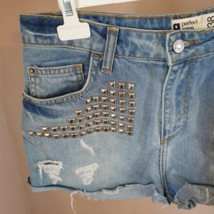 Fräna jeansshorts med nitar och slitningar. Bara använda en gång eller två!