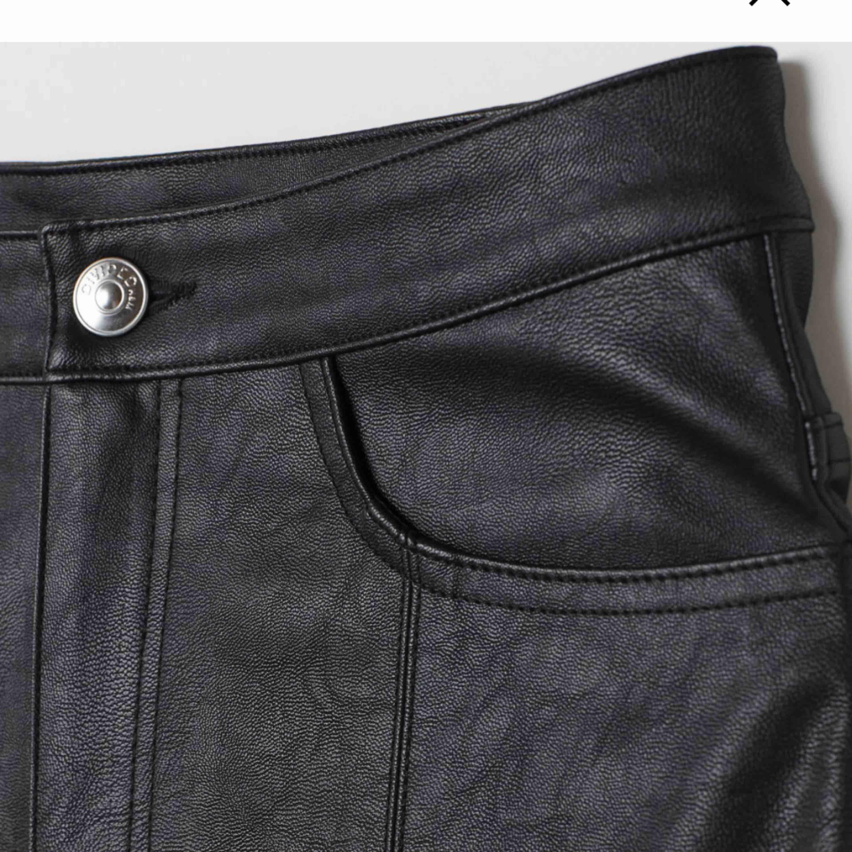 Söker dessa läderbyxorna från HM!! Om någon säljer dessa i strl 36, snälla skriv! . Jeans & Byxor.