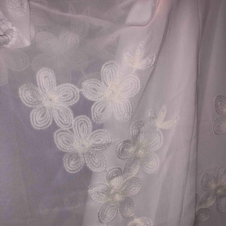 Säljer världens finaste studentklänning!! Wonderland Dress från Dennis Maglic! Endast använd en gång(2018), nypris 799kr! Så sjukt fin att den förtjänar att används mer än en gång💓💓 Skriv för fler bilder!!  Frakt tillkommer💖 . Klänningar.