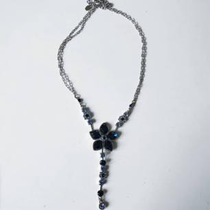 Sött halsband perfekt till t.ex bal med en glasblomma.